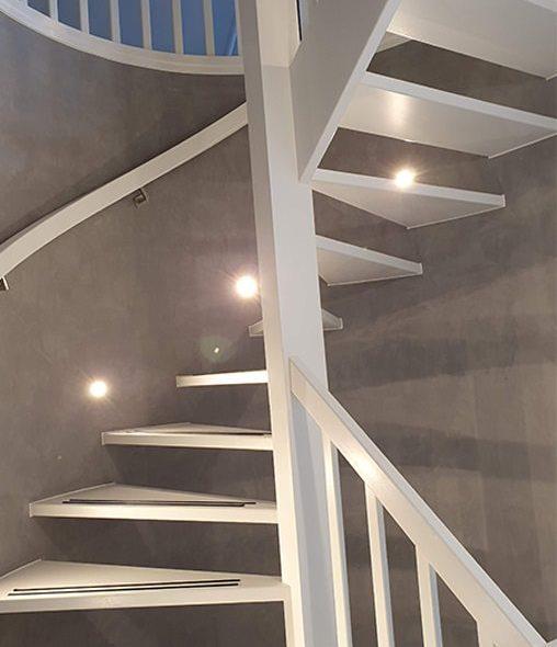 Witte rondgaande trap