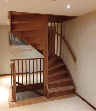 Rondgaande trap hout
