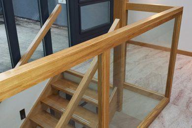 Trap met glazen balustrade