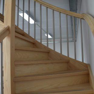 Rondgaande houten trap