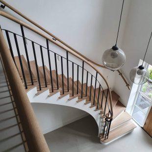 Sierlijke houten balustrade