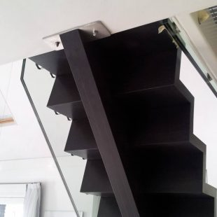 Zwarte trap op maat