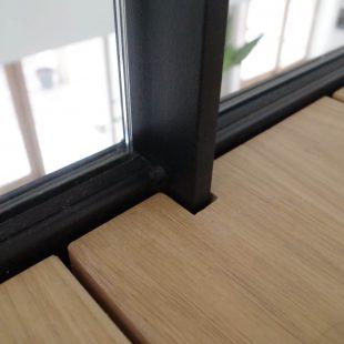Loopbrug met glazen balustrade