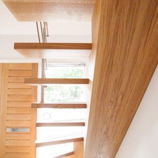 Onderkant trap met middenboom